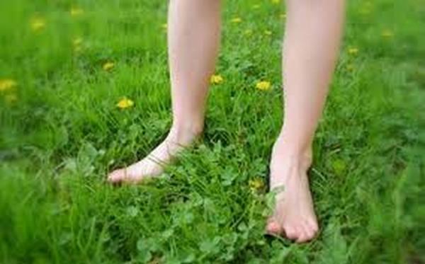 andar sem calcado na grama